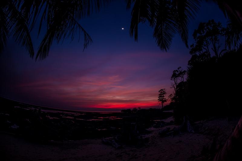 Coucher de soleil réellement rouge, accompagné d'un croissant de Lune et d'un musicien jouant du saxophone, Neil Island © 2016 Jessica VALOISE
